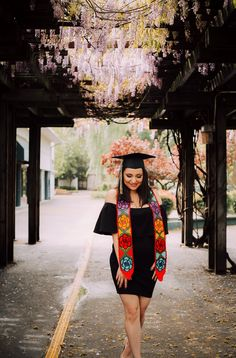 Rocio Rivera Photography - All For Simple Hair Graduation Picture Poses, College Graduation Pictures, Graduation Photoshoot, Grad Pics, Graduation Outfits, Grad Pictures, Graduation Stole, Nursing School Graduation, Graduation Cap Designs