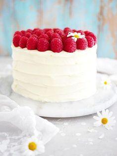 Nu ska ni få receptet på en sjukt enkel tårta! Fluffig tårtbotten, dulce de leche fyllning och en len vit chokladfrosting utan smör. Hela kalaset toppas med färska hallon. Inga fyllningar som behöver preppas eller andra konstigheter! Jag blir faktis