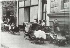 Mothers with baby carriages wait outside Margaret Sanger's birth-control clinic in Brownsville, Brooklyn, 1916 Margaret Sanger, Baby Buggy, Baby Carriage, Urban Life, Prams, Historical Pictures, Women In History, Military History, Thought Provoking