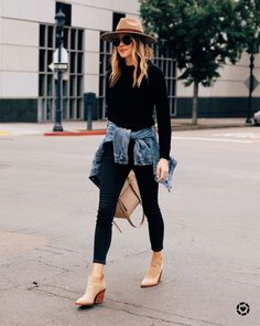 Fashion Jackson Wearing Black Sweater Black Skinny Jeans Denim Jacket Tan Booties Tan Wide Brim Hat Source by tracyeng fashion chic Spring Outfit Women, Fall Winter Outfits, Autumn Winter Fashion, Winter Style, Spring Style, Spring Wear, Spring Looks, Winter Clothes, Spring Outfits