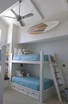 planche de surf en tant que déco chambre enfant avec lit mezzanine