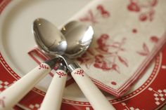 Couvert et serviette en papier Damier Rouge sur assiette Cerise et gourmandise