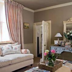 Shabby Chic Interiors: Salotto chic---  Very feminine!