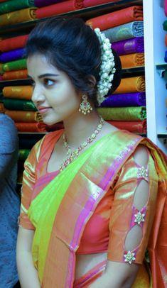 Anupama Parameswaran Actress Born - February 1996 in Irinjalakuda, Kerala Anupama Parameswaran is a popular Actor. South Indian Wedding Hairstyles, Bridal Hairstyle Indian Wedding, Bridal Hair Buns, Indian Hairstyles, Bridal Hairdo, Indian Bridal, South Indian Actress Photo, Indian Actress Hot Pics, Beautiful Girl In India