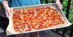 Saviez vous qu'on peut conserver les tomates rôties au congélateur ? Faites rôtir des tomates au four à basse température (100°) avec de l'ail, des herbes de Provence et un filet d'huile d'olive pendant 4 ou 5 h. Une fois refroidies, mettez-les dans un sac de congélation. Vous pouvez les utiliser dans toutes vos préparations à base de tomate !