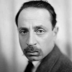 Niezwykle plastyczna fotografia Rilkego wykonana w roku 1925, w trakcie ostatniego pobytu poety w Paryżu, w słynnym studio Henriego Martiniego