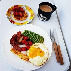 Fome bateu forte agora, depois de 16 horas da última refeição. Ovos na manteiga, bacon, halloumi + avocado e tomate + panqueca de coco e amêndoa com morango (fiz ontem para o filho de uma amiga, que ama as minhas panquecas, e sobrou uma 😆) + café. Parece muito? Tamanho da minha fome e só faço duas refeições . . . . For brunch I made eggs + avocado + tomatoes + halloumi +bacon + coconut and almond flour pancake + strawberries + coffee  Yummery - best recipes. Follow Us! #healthyrecipes