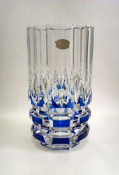 """CRISTAL VAL SAINT LAMBERT, grand vase modèle """"CARLOS"""" en cristal taillé et doublé bleu, hauteur de 32 cm, belle qualité"""