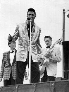 Elvis Presley, Hugh Jarrett and Scotty Moore at Honolulu Stadium; Scotty Moore, Elvis Presley Pictures, Rockabilly Music, Young Elvis, Elvis In Concert, Priscilla Presley, Chuck Berry, Star Wars, Thats The Way