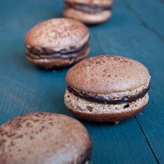 Découvrez la recette Macarons au chocolat sur cuisineactuelle.fr. Desserts Français, French Desserts, Macarons, Caramel, Nom Nom, Bakery, Cooking Recipes, Cupcakes, Bread