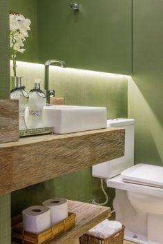 Lavabo com bancada em madeira, cuba de apoio, espelho com iluminação embutida led, parede verde. Lavabo decorado, decoração. Reforma apto, sala e quartos filhos adolescentes. Itaim Bibi