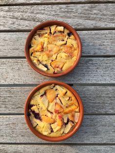 Cafloutis met blauwe bessen, appel en perzik  Ingrediënten:  1 ei 1 eierdooier 75 gr suiker 40 ml room 25 ml yoghurt Sap van 1/2 citroen 65 gr amandelpoeder 10 gr maiszetmeel 100 gr bessen, 1 appel, 1 perzik  Oven voorverwarmen op 170 graden  Blauwe bessen over 4 schaaltjes verdelen. Appel schillen en samen met de perzik in stukjes snijden en op de blauwe bessen leggen. Alle andere ingrediënten goed kloppen tot een glad mengsel en over het fruit gieten. Zet 25 min in de oven.  Laten…