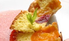 Bizcochitos de verano. Un postre en el que se combina el clásico bizcocho relleno de albaricoques y cerezas. #bizcocho #albaricoque #cerezas #recetas