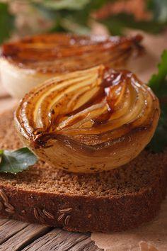 La cebolla caramelizada puede marcar la diferencia en cualquier receta. Veggie Side Dishes, Portuguese Recipes, Vegetable Salad, Fruits And Veggies, Deli, Tapas, Peanut Butter, Lunch, Cooking