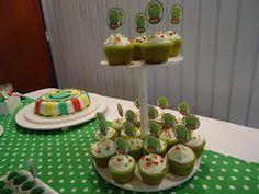 SAPO PEPE  para los 2 añitos de JOAQUIN.   Cup cakes de vainilla con crema chantilli, trufas de dulce de leche con coco, torta decorada y r...