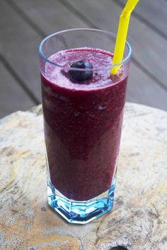 Smoothie med blåbær, æble, banan og ingefær Juice Drinks, Juice Smoothie, Smoothie Drinks, Fruit Smoothies, Smoothie Recipes, Raw Breakfast, Healthy Snacks, Healthy Recipes, Happy Foods