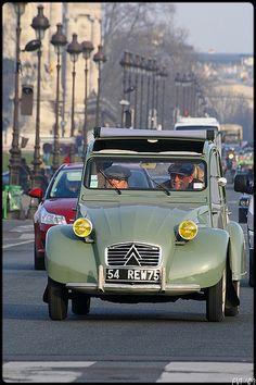 Yaşlı araba, yaşlı sahipleri Citroen 2CV | Ulugöl Otomotiv Citroen sayfası: http://www.ulugol.com.tr/Citroen.aspx