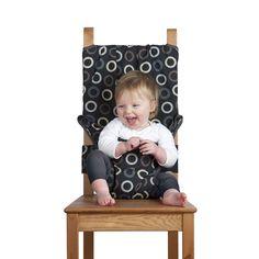 La chaise haute rend le déjeuner facile, que vous soyez à la maison, en voyage, en vacances ou juste sur la route. Attachez l'enfant en toute sécurité à la hauteur des chaises pour adultes, en s'adaptant aux sièges de toutes formes et tailles. Elle se plie pour rester dans un sac et est lavable en machine. Elle a été conçue par une mère inquiète en collaboration avec des experts en sécurité, s'adapte aux enfants de 6 à 30 mois et est garantie à vie.