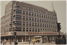 Verwulft, gebouw van Vroom & Dreesmann. Op de voorgrond NZH stadsbus en de krantenkiosk. Rond 1970