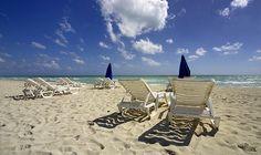 Nada como recostarse frente al inmenso celeste del #OceanoAtlantico. Placeres que puedes vivir en las paradisíacas playas de #Miami.