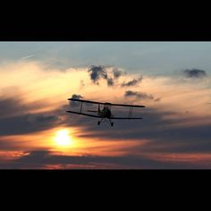 A de Havilland Tiger Moth at sunset #0516planes @kjdphoto1971 #biplane #avgeek #aviation #aviationphotography #instaplane #instagramaviation #igaviation #instaaviation #militaryaviation #excellentaviation #vintageaircraft #wwii #ww2 #taildragger #trainer #sunset #skåedeby #skåedebyflygfält #skå