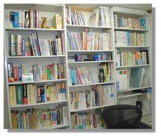 多様なジャンルの参考書があふれる本棚
