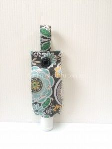 ideas crochet bag holder hand sanitizer for 2019 Small Sewing Projects, Sewing Crafts, Simple Projects, Sewing Diy, Fabric Crafts, Craft Projects, Hand Sanitizer Dispenser, Popular Crafts, Chapstick Holder