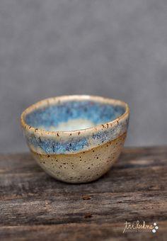 Pinch pot bowl by Ana Haberman (Tri Lukne Ceramics). Such a pretty glaze-R Clay Pinch Pots, Ceramic Pinch Pots, Ceramic Clay, Ceramic Bowls, Porcelain Ceramics, Pottery Bowls, Ceramic Pottery, Pottery Art, Slab Pottery