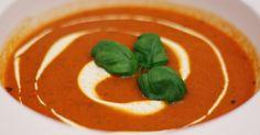 Hjemmelaget tomatsuppe er nesten like enkelt som den fra pose, og det lille ekstra du legger inn av innsats får du igjen i den gode smaken. Dette trenger du (6-8 porsjoner): 3 ss tomatpurè 2 bokser hermetiske tomater ½ boks soltørkede tomater (ca....
