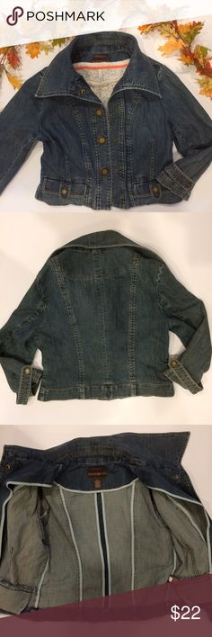 """Bandolino Big Snaps Cropped Denim Jacket💕 Cute cropped denim jacket soft and stretchy with 3/4 length sleeves and big engraved(antique gold looking)snaps down front and smaller engraved snaps on little pockets near hem and strap on sleeve cuffs 💕Perfect for Fall 🍁🍂 Size Medium it measures 19"""" across chest laying (with buttons snapped) and 18-18.5"""" in length bundle to save more plus ⚡️📦📫😁💕 Bandolino Jackets & Coats Jean Jackets"""