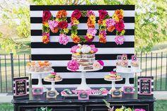 Mesa Linda para o Dia das Mães inspirada nas flores em tons de rosa, laranja, amarelo, verde com detalhes preto e branco.