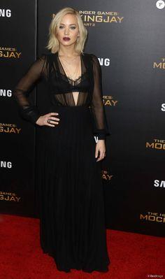 Jennifer Lawrence (robe Schiaparelli) à la première de 'The Hunger Games: Mockingjay Part 2' à New York, le 18 novembre 2015.