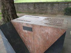 Keulen - Rijnboulevard. Op 24/8/1995 werd bij de Hohenzollernbrücke een monument onthuld ter nagedachtenis aan de omgekomen homoseksuele mannen en vrouwen in de Nazikampen. De driehoekige roze en grijze stelen symboliseren de  roze driehoek die homo's verplicht moesten dragen. Deze plaats stond ooit bekend als de ontmoetingsplaats voor homo's.  Inscriptie: TOD GESCHLAGEN - TOD GESCHWIEGEN DEN SCHWULEN UND LESBISCHEN OPFERN DES NATIONAL SOZIALISMUS. Foto: G.J. Koppenaal, 13/6/2013.