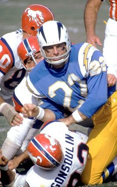 1966 Denver Broncos vs San Diego Chargers in their old uniforms. A rivalry… Nfl Football Players, Denver Broncos Football, Football Memes, School Football, Broncos Vs, Vikings Football, Minnesota Vikings, Pittsburgh Steelers, Dallas Cowboys