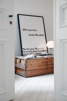 En una base de blanco con contraste en negro, puedes dar calidez con unas cajas recuperadas