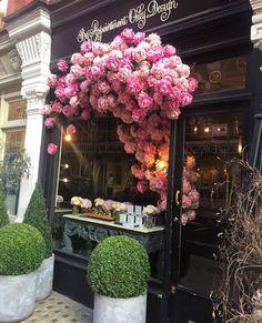 via @modavesosyete  #worldsuniquedesigns #tgif #friday #freeday #sunny #loveir #roses #iloveflowers #black #cuma #hayırlıcumalar #likelikelike #gül #vitrin #pembegül #design #tasarım #designer #exterior #landscape #architecture #pink #pinklover #designlove #designfashion #pinky #cafe #happyfriday