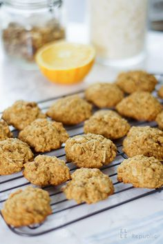 Haferflocken Cookies mit Orange, Walnüssen und Kokosflocken auf Backrost