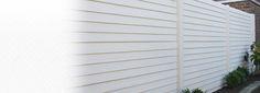 mooie gladde schutting in witte kleur geeft een strak en modern uiterlijk. Solide beton