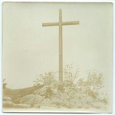Dos señores bajo la cruz