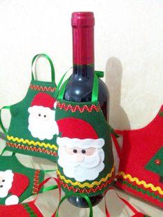 Avental decorativo para garrafa natalino. Confeccionado em feltro, com apliques em feltro e enfeites. Christmas Crafts, Xmas, Christmas Ornaments, Felt Banner, Bottle Cover, Diy And Crafts, Apron, Crafty, Dolls