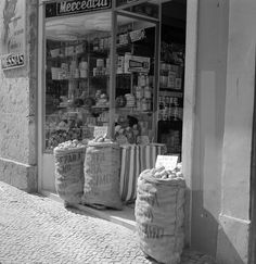 Mercearia, Lisboa (A. Pastor, c. 1960) Antique Photos, Vintage Photos, Lisbon Portugal, Good Old, Old Pictures, Portuguese, Photo Wall, Black And White, Country