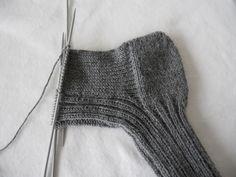 Strikkeoppskrift for dummies: raggsokker/ullsokker – Mellom himmelen og havet Chrochet, Knit Crochet, Slipper Boots, Knit Picks, Knitting Projects, Knitting Socks, Handicraft, Mittens, Needlework