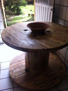 Bobina/mesa em madeira. 1m de diâmetro, pés rodízios, verniz natural. R$ 300,00. (081) 996207466. #carreteldefio, #bobinademadeira, #mesa, #gravatá, #recycle.
