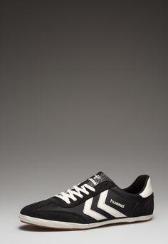 hummel  Man Black Bob Sport Shoes    136,90 лв.  67,90 лв.    hummel  Описание на продукта:  Спортни обувки в черно и бяло с характеристики:  - объл връх  - връзки  - лого  - акценти от велур.     Състав:  Външна част: кожа, текстил  Вътрешна част: текстил   Подметка: синтетик     Размери:  Номер на външната подметка 42  Дължина: 29 см  Ширина: 10 см  Размерите са приблизителни.     Код на продукта:  63-260-2812
