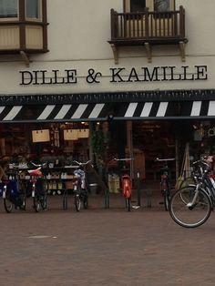 Wat het deze gevelreclame sterk maakt is dat je met deze naam al een idee van de winkel krijgt. De winkel verkoopt specerijen. Daarnaast is het originele en makkelijke naam. Ook de lettertype heeft iets natuurlijks en is duidelijk.