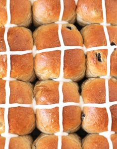 Bake up a batch of these fluffy, perfectly spiced Vegan Hot Cross Buns to make your Easter celebration complete! So good, you'll want to make them all year! Cross Buns Recipe, Bun Recipe, Vegan Hot Cross Buns, Baking Buns, Vegan Carrot Cakes, Easter Recipes, Easter Food, Easter Brunch, Bakken
