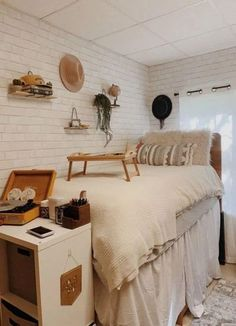 Omg these boho bedrooms are literally gorgeous!! All college students will love these ideas for their college dorm room! #college #dorm #boho College Bedroom Decor, Boho Dorm Room, Cool Dorm Rooms, College Dorm Rooms, College Girls, Classy Dorm Room, Dorm Room Closet, Bohemian Dorm, Dorm Room Storage