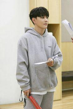 Woaah 😍 he looks cute with that haircut, why did he cut his hair? Kim Jinhwan, Chanwoo Ikon, Yg Entertainment, Teen Top Cap, Seungri, Bigbang, Bobby, Ikon Kpop, Yg Ikon