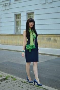 VŠETKO OSTATNÉ, LEN NIE TO, ČO TREBA_Tmavomodré šaty_Zelená kabelka_Katharine-fashion is beautiful_Katarína Jakubčová_Fashion blogger #outfit #ootd #outfitoftheday #lookoftheday #outfitpost #FashionBlog #Blogger #slovakfashionblog #whattowear #katharine #fashionisbeautiful #chic #dress #inspiration #VyzerajDobre #green #clutch #scarf #gold #summer