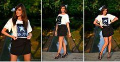 Un look sencillo con camiseta estampada y falda negra